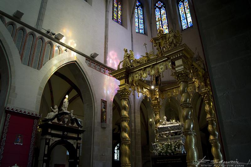 Gniezno, Archikatedra. Prezbiterium z relikwiarzem... i nieprawdopodobnie efektownymi witrażami.